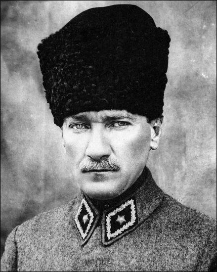 Fondateur de la nation turque, par quels termes Mustafa Kemal qualifiait-il le hijab (le voile) en 1925 ?