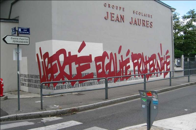 De septembre 2004 à janvier 2005, combien d'élèves sont-ils exclus de leur établissement en France parce qu'ils portaient le voile islamique, la kippa ou une croix de dimension surdimensionnée ?