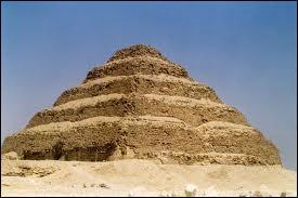 Quel architecte a construit la première pyramide à degrés ?