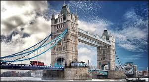 Tower Bridge à Londres est un pont basculant construit à partir de :