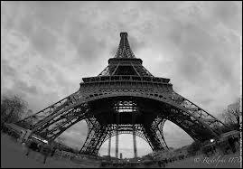 Sur la Tour Eiffel, Gustave Eiffel a fait graver les noms de savants autour de la base du premier étage. Ils sont au nombre de :