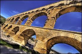Le pont du Gard est un aqueduc romain comportant trois étages. La conduite d'eau se trouve :