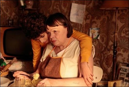 La vie devant soi , roman d'Emile Ajar, alias Romain Gary, fut adapté au cinéma avec Simone Signoret en 1977. Quelle comédienne reprit le rôle au théâtre , recevant le Molière de la meilleure comédienne en 2010 ?