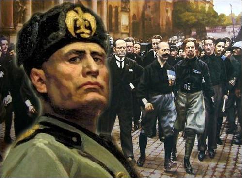 Sous l'Italie fasciste de Mussolini, quelle milice volontaire employait des méthodes expéditives et faisait boire de l'huile de ricin aux protestataires ?