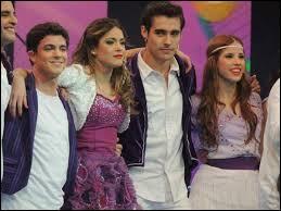Avec qui Violetta est-elle lors du concours de danse organisé par YouMix et quelle est la musique qui accompagne leur danse ?