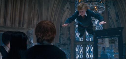 Le sortilège magique Levicorpus permet de suspendre un sorcier en l'air par la cheville. Bien que ce sort soit présent dans le film  Harry Potter et l'Ordre du Phénix , on ne le découvre que dans le sixième tome. Comment Harry Potter prend-il connaissance de ce sortilège ?
