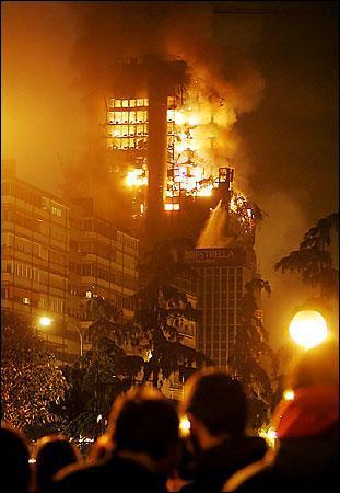 Qui chantait   Le soir sur les parkings qui met le feu aux buildings ? C'est toujours les zonards, alors c'est la panique sur les boulevards  ?