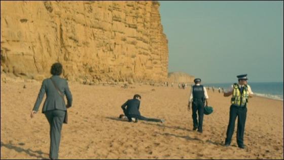 Comment s'appelle la colline qui surplombe la plage ?