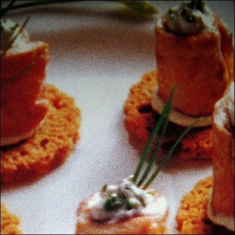 Une astuce pour faire des roulés de veau au chèvre frais sur toast de pain d'épices. Comment rouler les escalopes poêlées avant de pourvoir les garnir ?