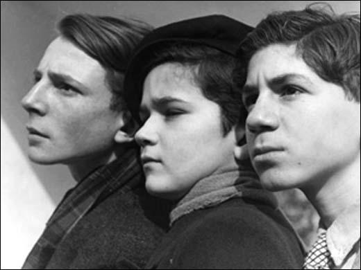 C'est aussi un film pour enfants :  Les disparus de Saint-Agil  (1938, Christian-Jacque) avec Michel Simon, Eric von Stroheim... et trois enfants d'immigrés, qui allaient connaître de (longues) carrières, internationales pour certains...