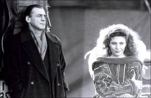 Les Ailes du Désir  (1987) est une totale réussite de Wim Wenders ; on y retrouve Peter Falk dans un Berlin encore intact. Avec quel couple d'acteurs ?