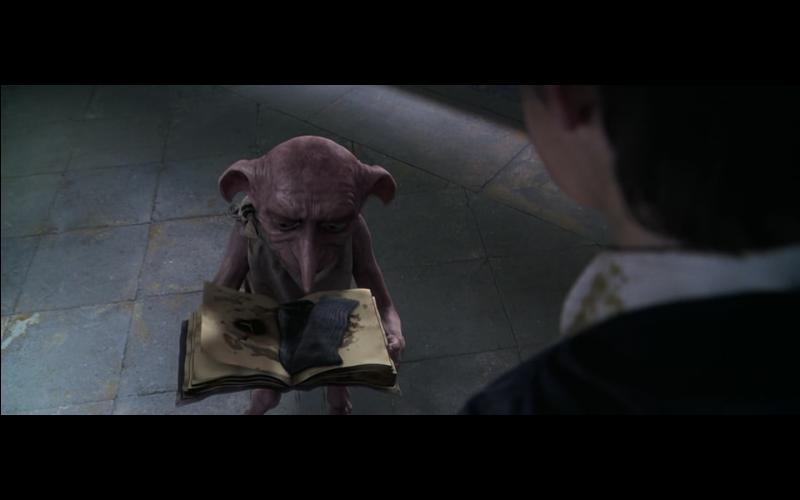 Dans le film  Harry Potter et la Chambre des Secrets , Lucius Malefoy tente de lancer un Avada Kedavra contre Harry Potter qui venait de libérer l'elfe de maison, nommé Dobby, grâce à un stratagème. Quel vêtement Harry Potter avait-il offert à Dobby pour pouvoir le libérer de la famille Malefoy ?