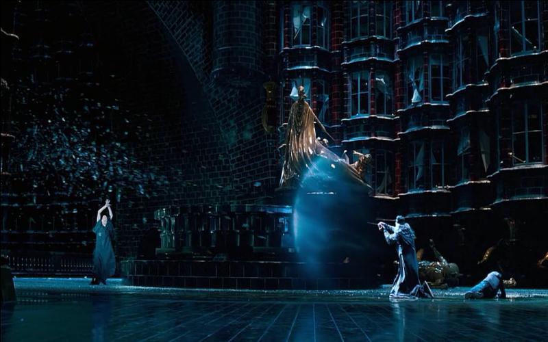 Le duel de l'Atrium prend place dans le cadre de la bataille du Département des mystères entre Lord Voldemort et Albus Dumbledore. Que devient le phénix d'Albus Dumbledore, prénommé Fumseck, qui s'interpose entre le Seigneur des Ténèbres et le directeur de Poudlard et qui est frappé de plein fouet par un Avada Kedavra, dans  Harry Potter et l'Ordre du Phénix  ?