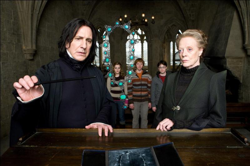 Dans  Harry Potter et le Prince de Sang-Mêlé , Drago Malefoy soumet Madame Rosmerta à l'Imperium. Cette dernière remettra un colis à Katie Bell, elle-aussi soumise au sortilège magique. Que contenait ce paquet ?