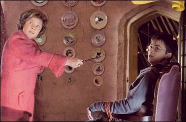 Dans  Harry Potter et l'Ordre du Phénix , Dolores Ombrage menace d'utiliser le sortilège Doloris sur Harry Potter afin de savoir pourquoi il voulait quitter Poudlard. Comment Hermione Granger va-t-elle sauver l'affaire ?