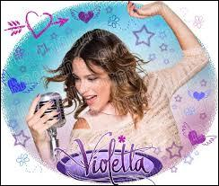 Dans la saison 2, comment se sentait Violetta lors du spectacle de fin d'année ?