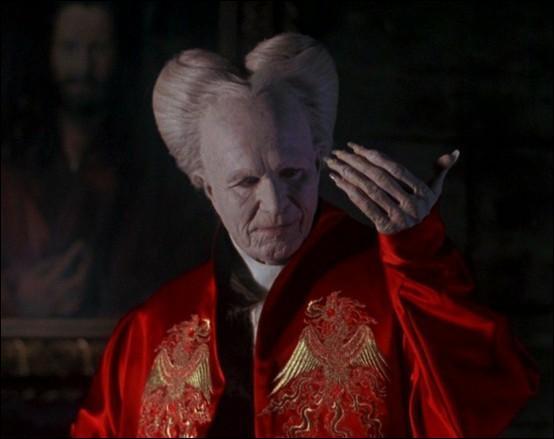 En 1992, Francis Ford Coppola réalisa sa version de Dracula. Que modifia-t-il par rapport au roman de Bram Stoker ?