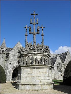 On trouve souvent ce genre de monument en Bretagne (en photo, celui de Plougonven). Comment cela s'appelle-t-il ?