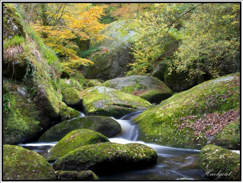 Huelgoat se trouve dans les Monts d'Arrée. Dans la forêt, près du moulin du village, on peut voir de gros blocs de granite amassés. Cette forme géologique s'appelle un...