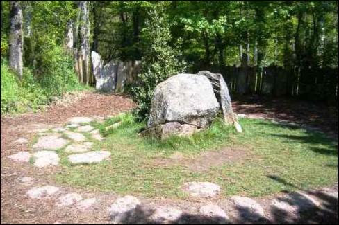 La forêt de Paimpont est appelée aussi forêt de Brocéliande. Quel personnage de la légende arthurienne y aurait, dit-on, son tombeau (voir photo) ?