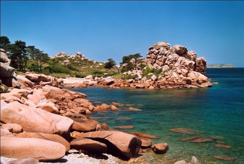 Où se situe la côte de granite rose ?