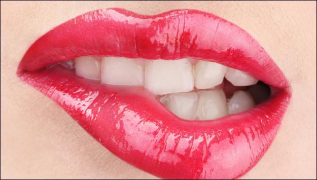Étape n°1 : observez la bouche du menteur. Que remarquez-vous ?