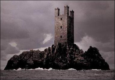 Après la Seconde Guerre des sorciers, quelle décision est prise par le nouveau ministre de la magie, qui est Kingsley Shaklebolt, concernant la gestion de la prison d'Azkaban ?