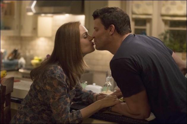 Où se passe le premier baiser de Seeley Booth et Temperance Brennan ?