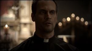 Qui joue le rôle du Père Kieran ?