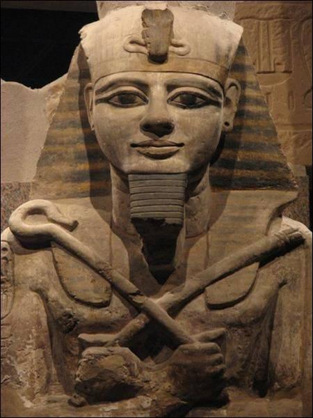 Il y a plus de 3 000 ans le pharaon Ramsès II régnait sur l'Egypte. Il dirigea le pays pendant 67 ans. Il eut environ vingt femmes et cent enfants.