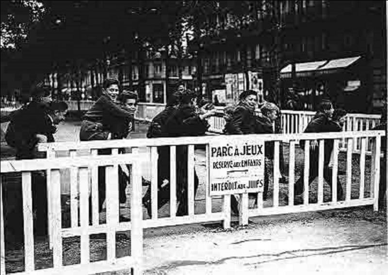 Le 15 juillet, une décision est prise prouvant une fois de plus l'alliance de fait de L'Etat de Vichy avec l'Allemagne nazie. Quelle est cette décision ?