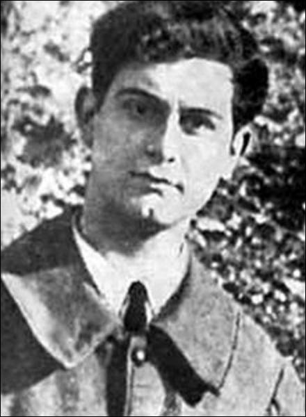 Le 24 Décembre, un membre du gouvernement de Vichy est assassiné. Il est remplacé à la t^te de l'Afrique du nord par un général. Qui sont-ils ?
