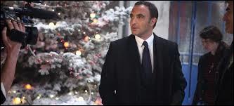 Dans  Nos chers voisins fêtent Noël , quel était le rôle de Nikos Aliagas ?