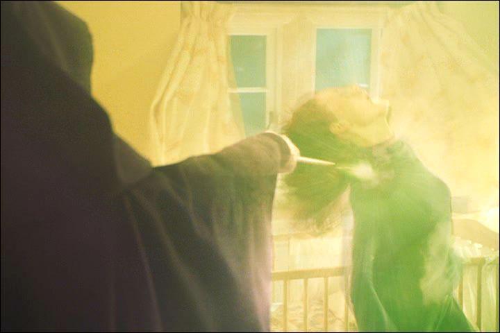 Lord Voldemort se présente, cette fameuse nuit, à Godric's Hollow. Il tue James Potter et laisse une chance à Lily Potter de s'enfuir. Face à son refus, quelle formule magique, prononcée par le Seigneur des Ténèbres, met fin à la vie de la mère de Harry Potter ?
