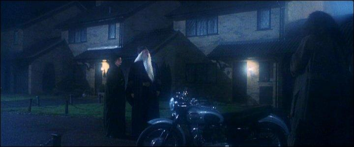 Peu après cet événement, la confusion la plus totale règne. Alors que Severus Rogue est effondré par la mort de Lily Potter, Harry Potter est confié à Rubeus Hagrid. Comment l'amène-t-il en sécurité chez les Dursleys ?