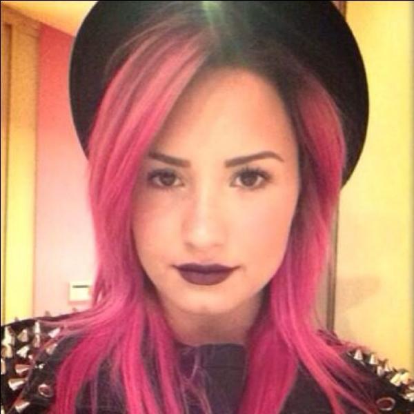 Avant d'avoir les cheveux roses, Demi avait les cheveux :