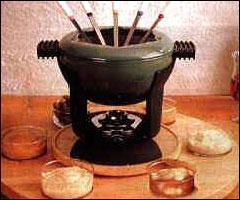 Dans la fondue bourguignonne, que trempe-t-on dans l'huile chaude ?