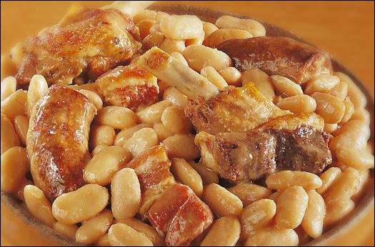Vous connaissez tous le cassoulet, ce plat unique du sud-ouest avec des haricots secs. Chez nous en Périgord, on le prépare parfois avec autre chose que des saucisses. Avec quoi ?
