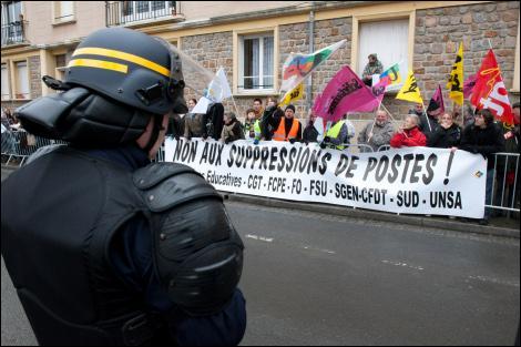 Comment le porte-parole de l'UMP Frédéric Lefebvre a-t-il justifié la mutation du préfet de la Manche par Nicolas Sarkozy?