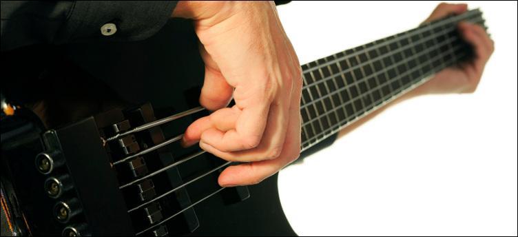 Dans quelle chanson célèbre va-t-on utiliser pour la première fois une basse électrique à la place d'une contrebasse ?