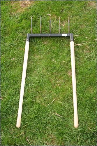 Quel est le joli nom de cet outil de jardinier utilisé pour bêcher un jardin sans se fatiguer le dos ?