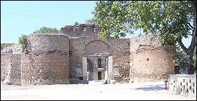 En 1328, Orhan commence le siège de la ville (1328-1331). Les Ottomans ne parviennent pas à la prendre. Le siège s'enlise pendant plusieurs années. Isolée, la cité tombe d'elle-même en 1331.