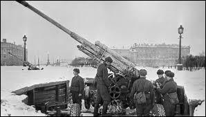 Ce siège commença le 8 septembre 1941, et se termina le 27 janvier 1944. Il marqua l'échec allemand. Les pertes humaines furent colossales avec 1 800 000 hommes, dont plus d'un million de civils. Ce siège est le plus long de l'histoire moderne ; il compte 872 jours.