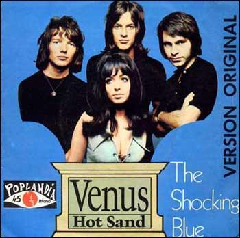 Eh bien, lui dis-je, figure-toi que c'est (... ) tu as tort, mon vieux, car si nous parlons de musique pour Reina, (... ) lui ferait plaisir ce serait plutôt du Neil Diamond, du The Platters, du Shocking Blue, tu vois, tu devrais savoir qu'elle en raffole !  .