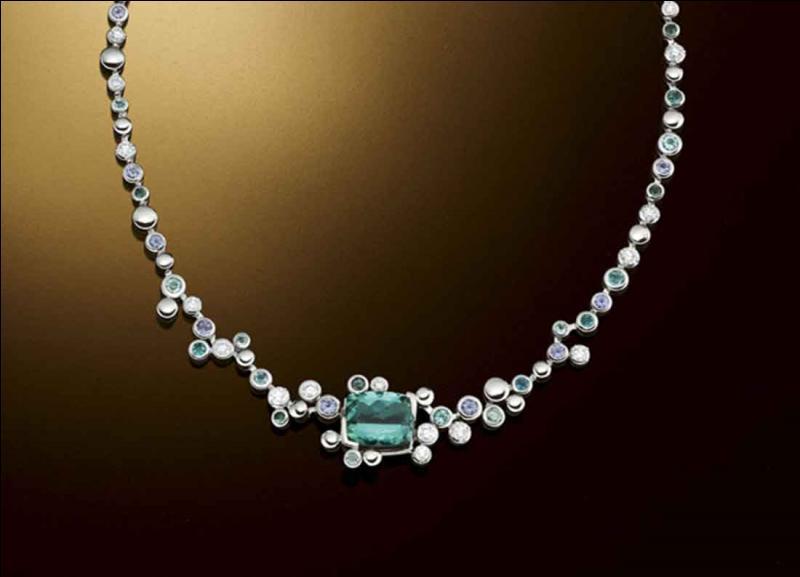 Ah non Jojo ! Tu dis n'importe quoi ! (... ) elle a rêvé d'avoir toute sa vie c'est un collier de pierres précieuses authentiques... mais aurions-nous les moyens de lui en offrir un ?  , lui dis-je d'un air tout aussi incrédule que moqueur.