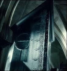 Ensuite L'Armoire à disparaitre. En 1992, qui a lancé l'Armoire à disparaître dans l'étage au dessus du bureau de Rusard ?