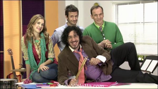 Combien de professeurs sont-ils dans la saison 1 de  Violetta  ?