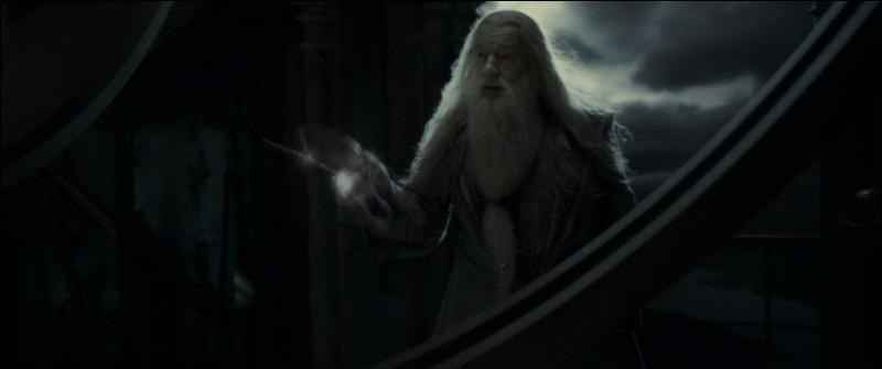 Albus Dumbledore demande à Harry Potter de se cacher sous la Cape d'Invisibilité quand il entend des bruits de pas dans la Tour d'Astronomie. Drago Malefoy apparaît et désarme Albus Dumbledore. Qu'est-ce que ce désarmement implique, pour Drago Malefoy, à ce moment précis ?