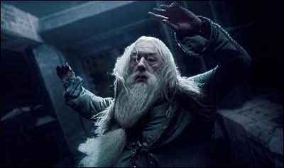 Face à cette demande faite par Albus Dumbledore, Severus Rogue, qui était dans la confidence du directeur de Poudlard, lance la formule magique Avada Kedavra. Harry Potter assiste de ses propres yeux à la mort d'Albus Dumbledore. Sur l'image ci-contre, à quel fondateur de Poudlard appartient le médaillon qui se trouve autour du cou d'Albus Dumbledore ?
