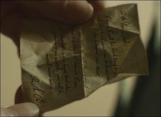 Dans le film  Harry Potter et le Prince de Sang-Mêlé , peu après l'enterrement, Harry Potter découvre que le médaillon récupéré à la caverne est une réplique. Il trouve un message d'un certain R. A. B. Où Harry Potter se trouve-t-il avec ses amis lorsqu'il prend connaissance du message .